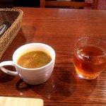 タベルナ ポローネ - セルフのスープとドリンク