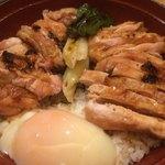 82771564 - 焼鳥丼1000円税込 スープがつきます。