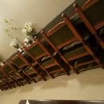 レストラン・デキムラ - 壁際にズラリ一人席