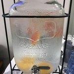 82775952 - 金魚鉢でなくてお水が入ってます。オレンジやグレープフルーツが入ってました。