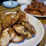 마미치킨 - 料理写真:手前が炭火バーべキュー塩焼き(숯불바베큐소금구이:スップルパベキュソグムクイ)17000ウォン