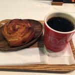 212 - パン・オ・レザンとオーガニックコーヒー(ホット)のレギュラーサイズで612円