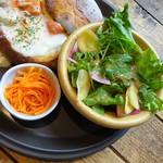 麻布FLAT - ランチ:パンシチュー、サラダ、キャロットラペ