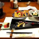 佳山水 花こみち - 料理写真:夕食  右上:先付(よもぎ豆腐)左上:造里(鮪、勘八、甘えび)手前:焼物(鰆塩麹焼き)