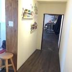 めざましサンド店 - 宿泊者の共有スペースから店内への眺め