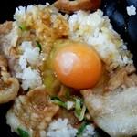 にんにく豚丼 京都・西浦 - ラストは生卵を投入
