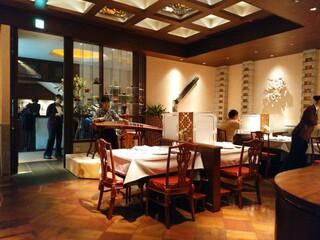 中国飯店 富麗華 - 店内は古琴の生演奏✨✨いい雰囲気です(*´ェ`*)