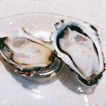 82799509 - 広島県産 かなわ水産の生牡蠣(写真右:大黒神島、左:先端)