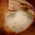 828617 - 熱々のパン、千切る瞬間、バリッと。この瞬間最高に激ウマデス。
