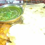 エス タージマハルエベレスト - チーズナンセットをほうれん草チキンカレーにて