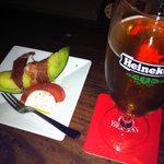 8281728 - まずはビール。つきだしのカプレーゼと生ハムメロン