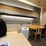 みしまや - テーブル席から壁側を見る。