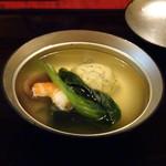 82818579 - ◆お椀・・よもぎ豆腐・帆立もずく真丈・シイタケ・足赤海老・小松菜。 お料理映えするお椀ですね。 よもぎ豆腐もなめらかで美味しく、出汁もいい味わい。
