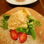 アカリ - 温かい燻製ポテトサラダ