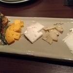 82824946 - はごろも牧場のチーズ入り、チーズの盛り合わせ