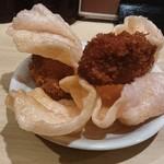 居酒屋 光 - サービスの牡蠣フライと海老チップ
