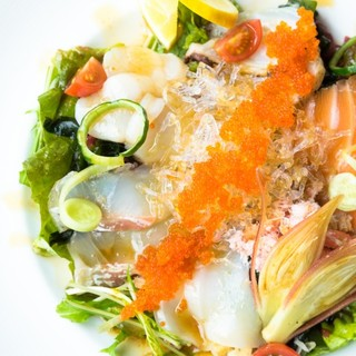 ぷりぷりの鮮魚満載の『新鮮魚介の5種盛りカルパッチョ』