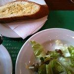 ボンジョルノ - サラダとガーリックトースト