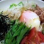 居酒屋 木曽 - 稲庭うどんと温泉卵のサラダ