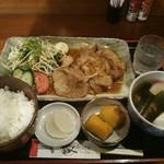うどん忠兵衛 - 料理写真:ランチメニューの生姜焼き880円(税込)
