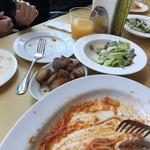 ベッラベーラ - アンチョビバターが効いたフライドポテトとサラダ。パスタはまたもや食後の絵で(>人<;)