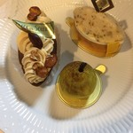 82831646 - 右からブリガンタン税抜600円、バルケットプラリネ480円、ポワール350円♤どれも可愛らしいケーキ