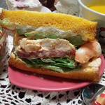 サンドイッチパーラー楽楽 - 持ち帰り。海老とアボカドのサンド。