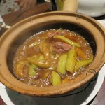 大鴻運天天酒楼 - 牛肉とナスの土鍋煮込み