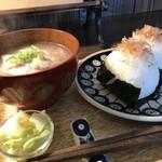 自家焙煎コーヒーcafe・すいらて - おにぎり2個と豪華なお味噌汁と漬物(2018.3.22)