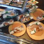港町市場 札幌店 - 刺身を売っています