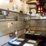三茶酒家 香港バル213 - テーブル席は3つ。一番奥は人気のベンチシート♪