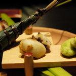祇園 たに本 - ちまき寿司、蛸煮こごり、手綱寿司、一寸豆   八ツ橋の器に盛る