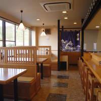 関の瀬 - 1F テーブル席×3 カウンター席×6 座敷×1 明るい店内は窓から豊後水道が眺められます。
