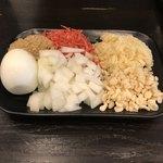つけ麺 どでん - 料理写真:無料のトッピング:初めてゆで卵をきれいにむけました