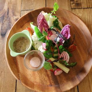 みずみずしい野菜、季節の『バーニャカウダー』やパスタで