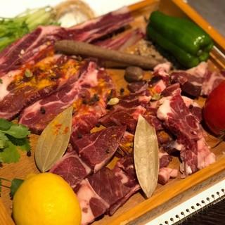 ラムカレーは骨付きラム肉と20種のスパイスを煮込んでいます