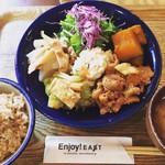 Enjoy! EAST - ランチはビュッフェスタイルで食べ放題!