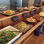 Enjoy! EAST - メニューは日替りで、メーン、副菜、サラダなどバランスよくご用意しております。