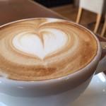 Enjoy! EAST - ドリンクセットもあり。コーヒーマシーンで作る本格派ラテは常連さんにも人気です。