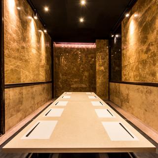 大理石に囲まれた扉付完全個室
