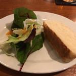 Osteria YOSHI - サラダとフォカッチャ