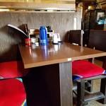 韓家 サランバン - テーブル席の様子