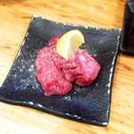 治郎丸 - タン先(¥205×2枚)。塩胡椒で味付けしてあり、タンの根元に比べると脂少なめ・淡泊な味わい