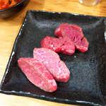 治郎丸 - 手前:ウワミスジ A5国産和牛(¥324×2枚) 奥:マクラ A5福島産(¥270×2枚)