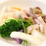 オー・グルマン - 岩手産大粒牡蠣のチャウダーラーメン 1300円 の砂肝のコンフィ、豚ばら肉のハム、野菜、半熟玉子