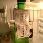 """酒舗 菱正宗 - """"斗瓶囲い""""で購入した「菱政宗 生純米吟醸酒」(300ml、869円)。計り売り用の瓶に入れてくれ保冷剤もくれる。写真は自室の冷蔵庫内。"""