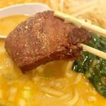 華龍飯店 神保町 - 角煮はこんな感じ。箸では切れません