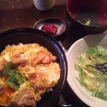82904422 - 極上親子丼の全景。水菜のサラダ、しば漬け、申し訳ない程度の鶏スープ。