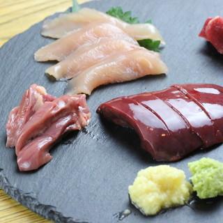 """新鮮な鶏のお造りには奈良県産の""""大和肉鶏""""を使用!"""