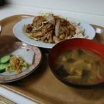 甲田 - 3種のお漬け物と麹の残る懐かし味噌汁。